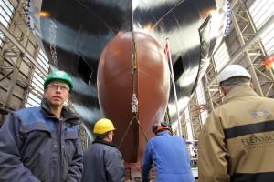 """Arbeiter der Flensburger Schiffbaugesellschaft (FSG) begleiten einen Stapellauf. Die Fähre """"Seatruck Precision"""" für die englische Reederei """"Seatruck Ferries"""" wird zu Wasser gelassen"""