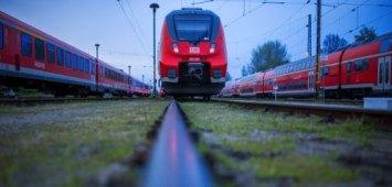 Abgestellte Personenzüge stehen am 05.05.2015 im ehemaligen Güterbahnhof in Schwerin (Mecklenburg-Vorpommern). Die Lokführergewerkschaft GDL will im eskalierenden Tarifkonflikt mit der Bahn den Schienenverkehr in Deutschland für fast eine Woche lahmlegen. Foto: Jens Büttner/dpa +++(c) dpa - Bildfunk+++