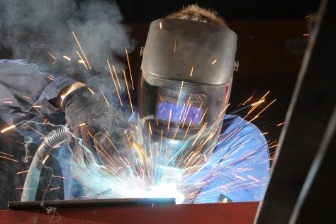 Auszubildender zum Metallbauer beim Schweißen
