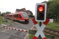 Regionalbahn der Deutschen Bahn an einem Bahnübergang