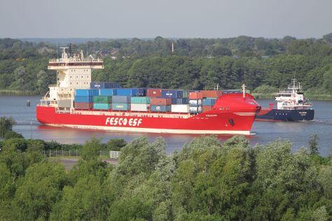 """Das Containerschiff """"Frederik"""" der FESCO Transportation Group fährt durch den Nord-Ostsee-Kanal"""