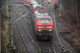 Obwohl die Strecke elektrifiziert ist, zieht eine Diesellok die Regionalbahn