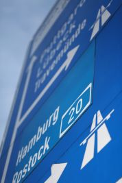 Wegweiser und Hinweisschilder zur Autobahn A1 in Lübeck