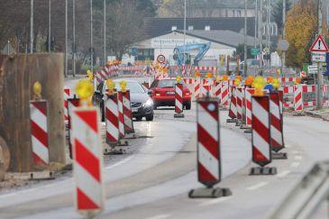 Warnbarken teilen die vierspurige Straße Kielseng in Flensburg aufgrund von Kanalisationsarbeiten in zwei Spuren auf