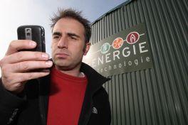 Ein mann steht vor einer Biogasanlage der Firma MT-Energie Gmbh& Co KG (Zeven) und telefoniert