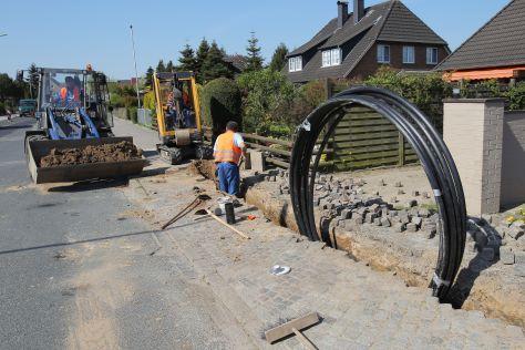 In einer Wohnstraße werden Leerrohre für Telekommunikationsleitungen verlegt