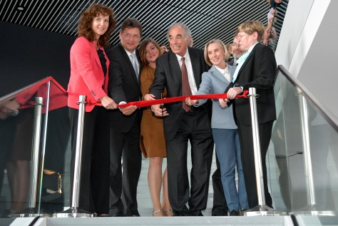 Massimo Altarelli leitet das feierliche Durchschneiden des roten Bandes zur Einweihung des Hauptgebäudes von European XFEL in SchenefeldMassimo Altarelli leads the ribbon cutting for the headquarters building at the European XFEL research campus in Schene