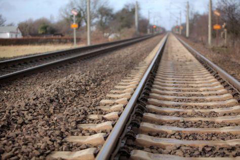 Die Gleise einer Bahntrasse auf grader Strecke