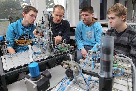 An der Handwerkskammer Flensburg werden Elektroniker an einer Anlage für Steuerungstechnik ausgebildet
