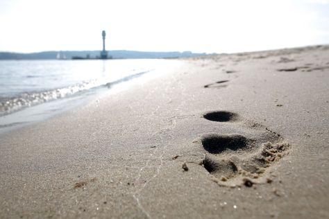 Fußspuren am Strand in Kiel Kieler Friedrichsort
