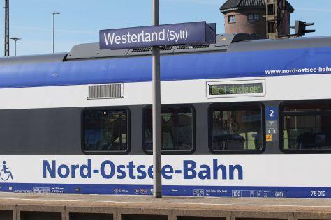Nord-Ostsee-Bahn (NOB) im Bahnhof von Weterland