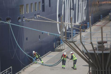 """Die """"Color Magic"""" wird am Kieler Hafen festgemacht"""