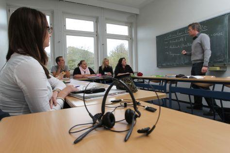 HLA-Berufsschullehrer Frank Hinners unterrichtet hier die ersten Auszubildenden im Dialogmarketing