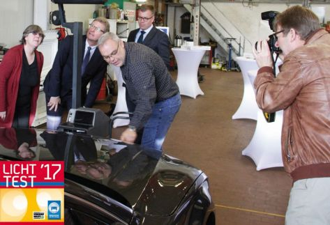 Bjoern Felder erklärt dem Minister den Lichttest_m_Plakette