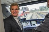"""Der schleswig-holsteinische Verkehrsminister Dr. Bernd Buchholz macht sich ein Bild vom neuen """"Hein Schönberg"""" und der Strecke zwischen Kiel Hauptbahnhof und Oppendorf, die der Zug der DB Regio seit dem 4. September wieder stündlich befährt."""
