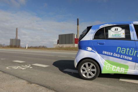 Nordeuropäische E-Mobil-Ralley mit im dänischen Apenrade vor dem kommunalen Kohlekraftwerk der Stadt