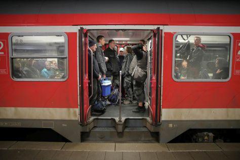 Pendler steigen in Klanxbüll in die Züge der Marschbahn nach Sylt