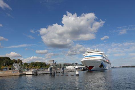 Die AIDA cara liegt im Kieler Hafen