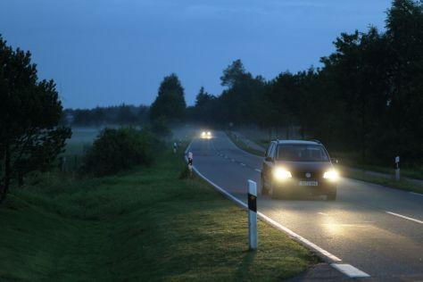 Auto im Nebel nachts auf einer Landstraße bei Breklum