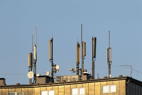 LTE, Mobilfunk- und UMTS-Antennen auf dem Dach eines Hochhauses.
