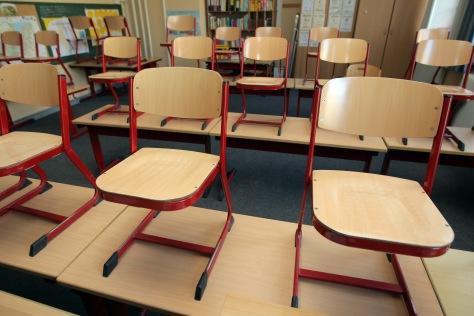 In einem Klassenraum der Grundschule Ramsharde in Flensburg stehen die Stühle auf dem Tisch